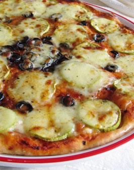 Mozzarella peynirli zeytinli pizza tarifi resmi